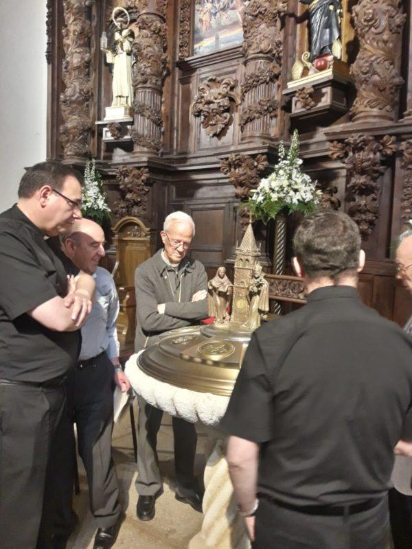 Ante la pila bautismal del templo parroquial y jubilar
