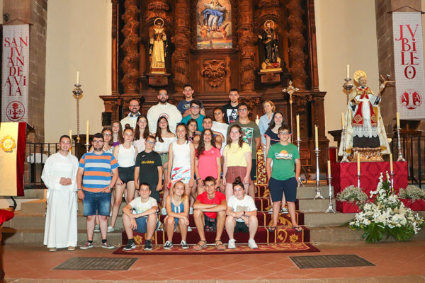 La expedición asturiana del martes, ante el presbiterio del templo parroquial
