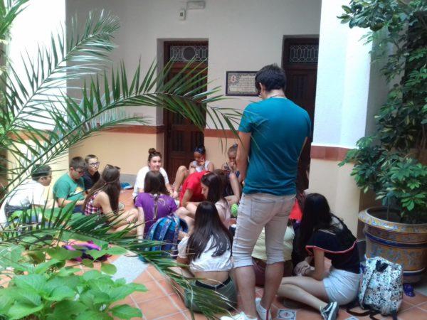 Los jóvenes asturianos, en el patio de la Casa Natal de san Juan de Ávila