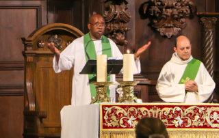 Un momento de la última misa oficiada por el padre Deo