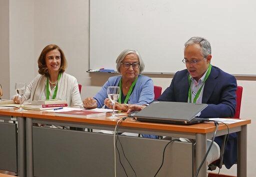 Isabel Fernández del Río, a la izquierda de la mesa de oradores