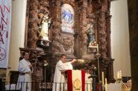 El párroco Juan Carlos Torres, a punto de dar lectura al Evangelio del día