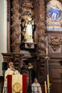 El padre Narlaly, a los pies de la imagen de san Juan Bautista de la Concepción