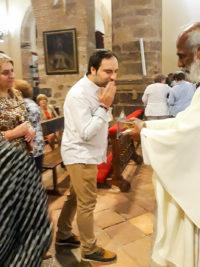 Dando en veneración la reliquia del santo