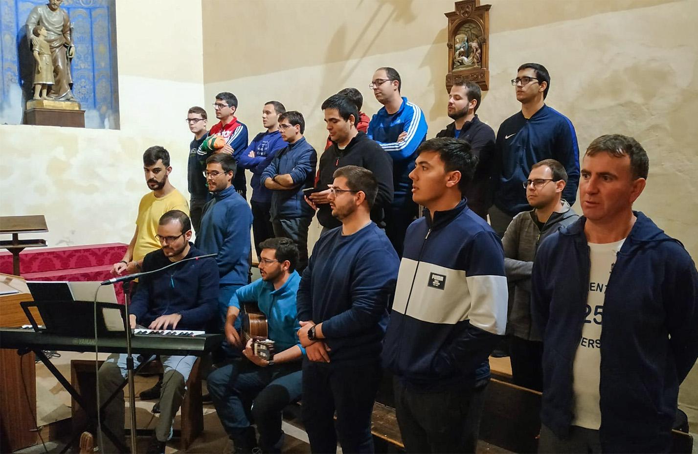 Los seminaristas fueron el coro de la misa dominical de mediodía en Almodóvar