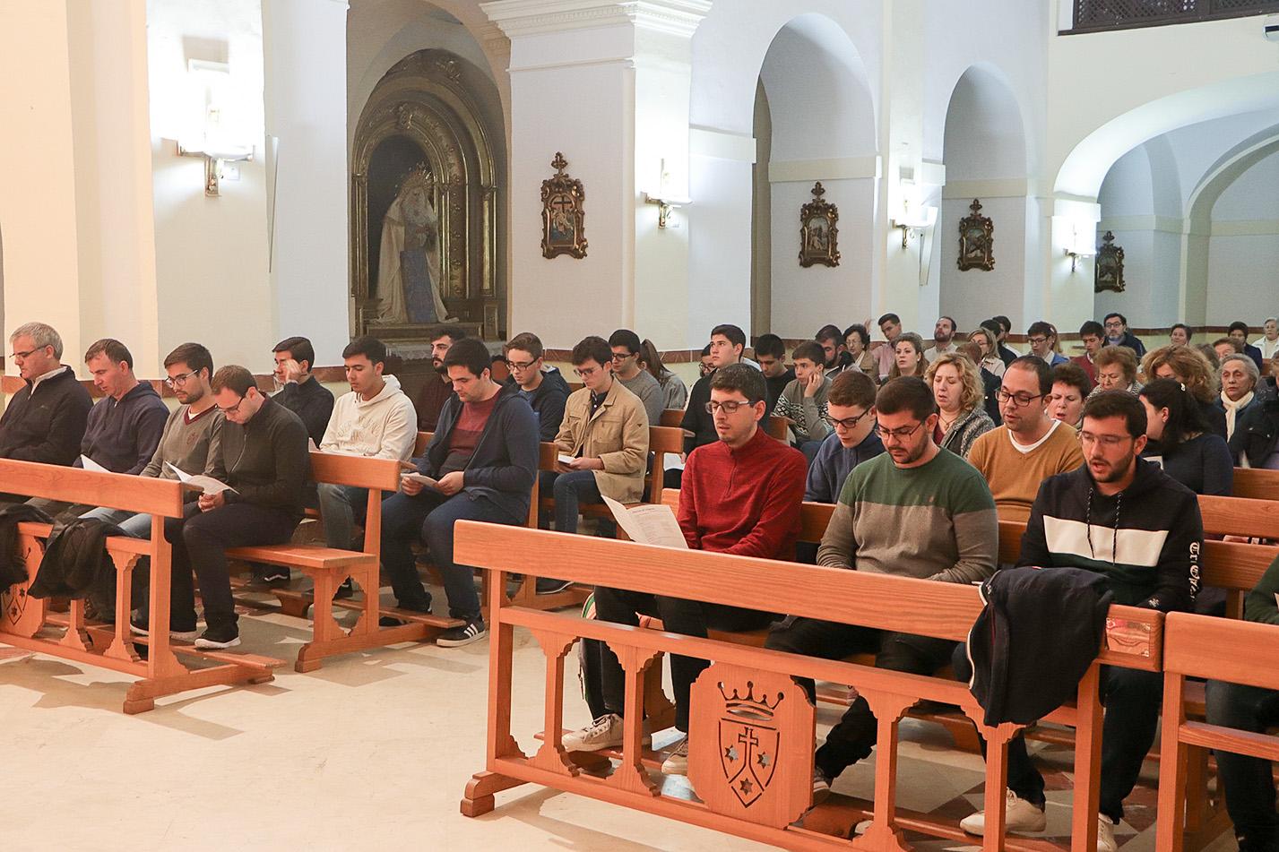 Seminaristas y componentes de Betania, durante el rezo del Carmen